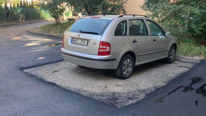 """""""Молдова - страна чудес"""": в столичном дворе уложили асфальт вокруг припаркованного автомобиля"""