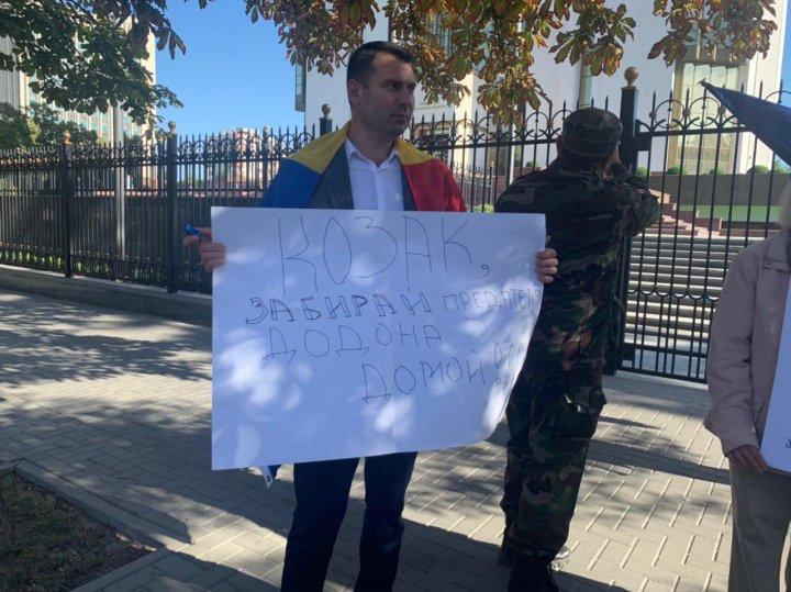 Протест у президентуры: пикетирующие недовольны очередным визитом Козака (фото/видео)