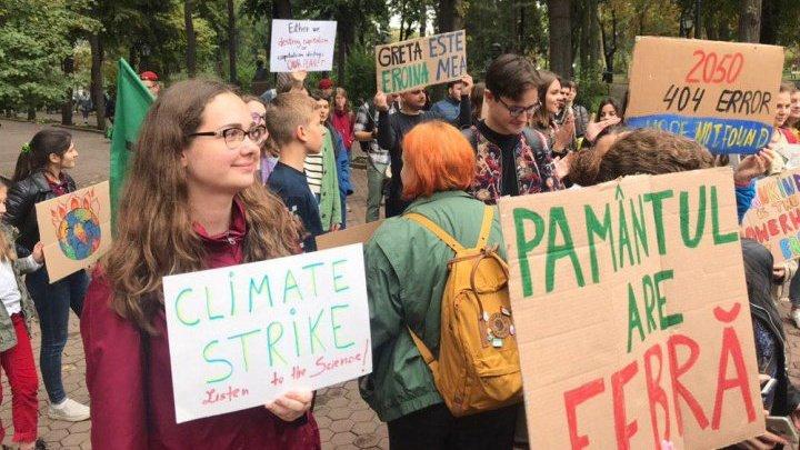 Протест в столичном парке: молодежь призывает власти улучшить экологическую ситуацию в стране (ФОТО)