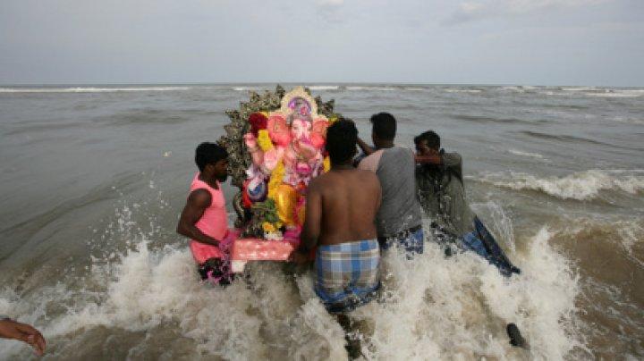 Индусы пытались утопить статую бога и умерли