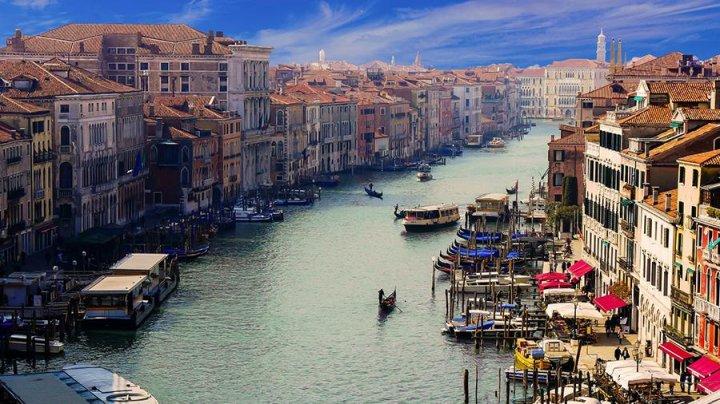 В Венеции туристов оштрафовали на €3 тыс. за купание голышом
