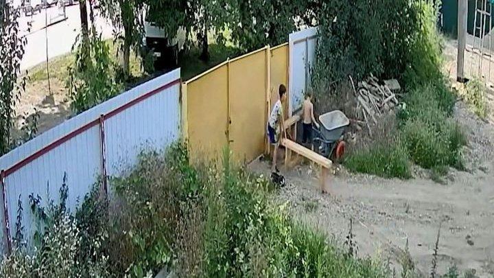 Видео кражи садовой тачки подростками стало хитом в Сети (видео)