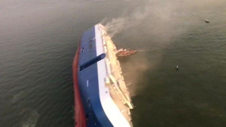 Судно перевернулось у берегов США. В трюме заблокированы люди