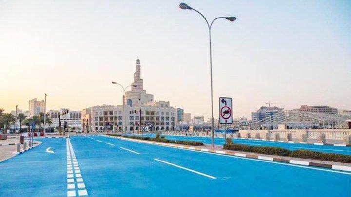 В столице Катара дорогу перекрасили в голубой, чтобы спастись от жары