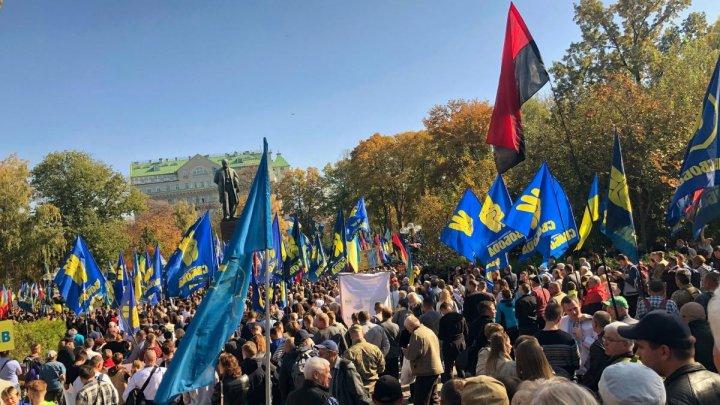 В Киеве проходит марш Украинской повстанческой Армии