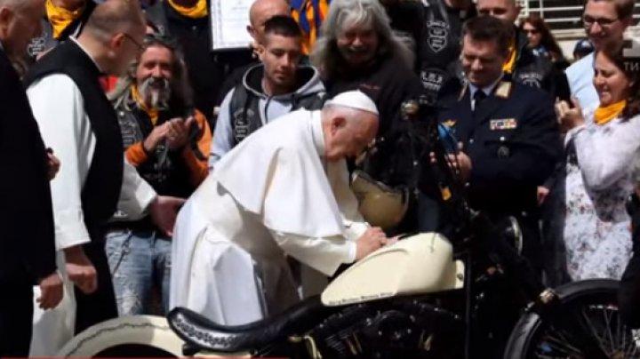 На аукцион в Великобритании выставили мотоцикл с подписью Папы Римского