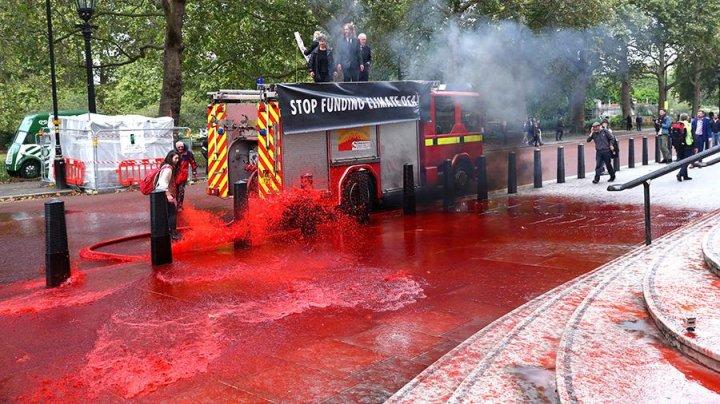В Лондоне экоактивисты облили красной краской здание минфина