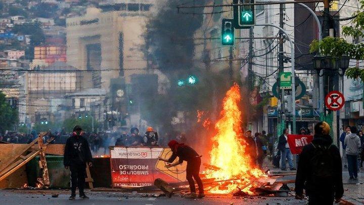 В Чили в ходе массовых протестов погибли по меньшей мере семь человек