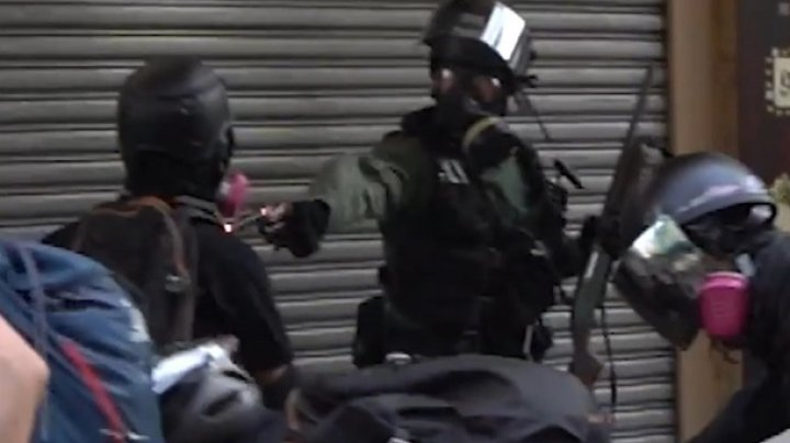 В Гонконге выстрел копа в протестующего попал на видео