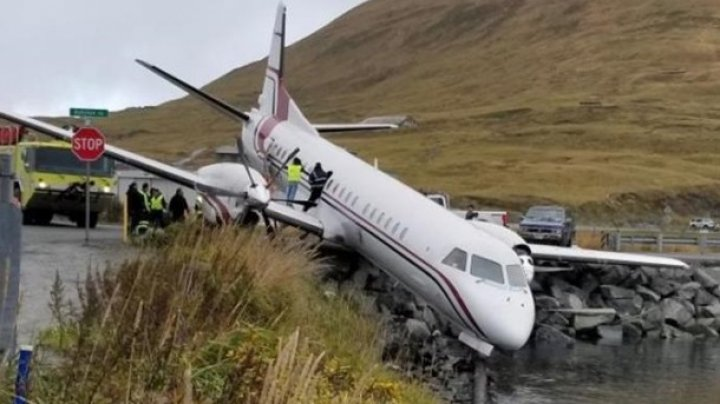 На Аляске самолет с пассажирами повис над водой