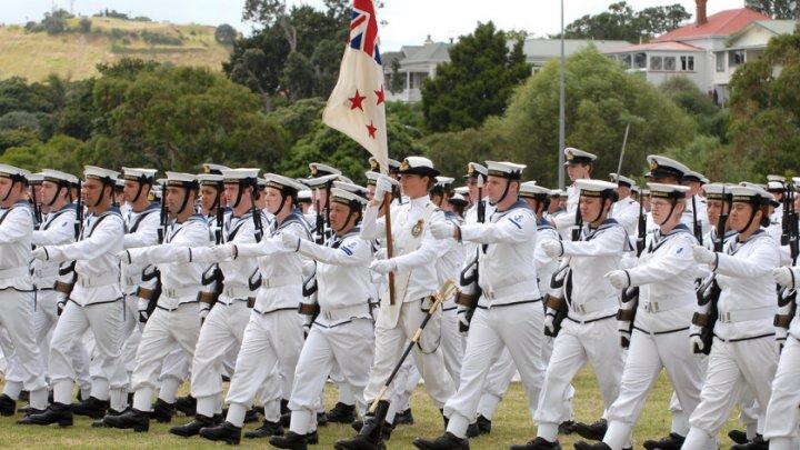В Новой Зеландии морякам разрешили накладные ресницы и макияж