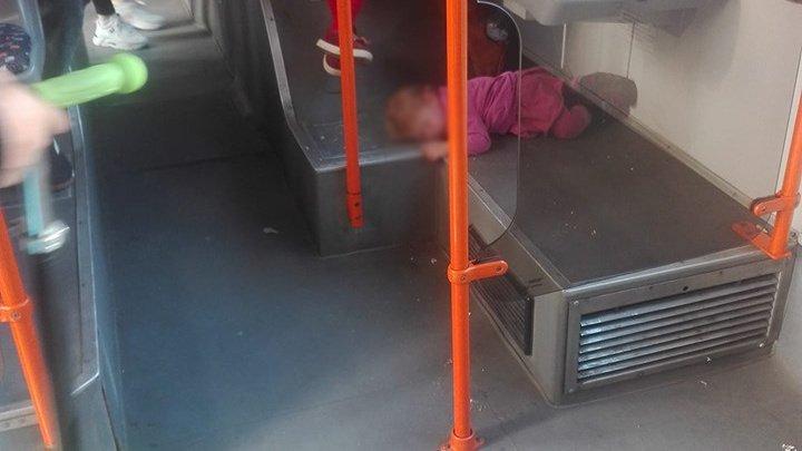 ФОТОФАКТ: Девочка спит на полу в одном из столичных троллейбусов