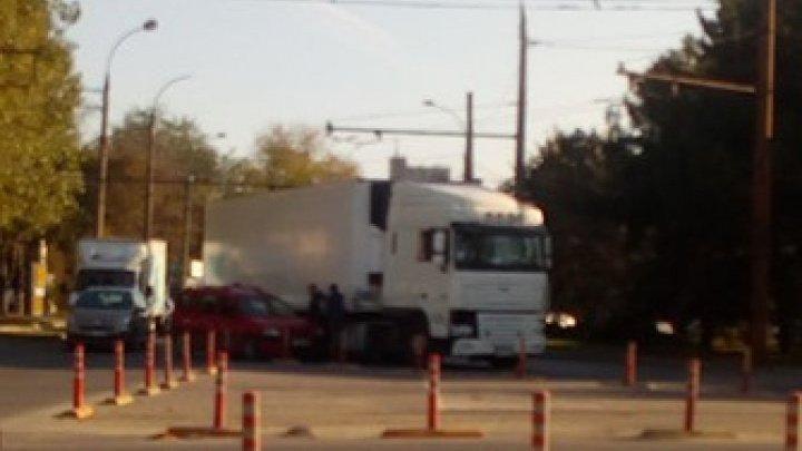 Серьезная авария в столице: грузовик столкнулся с легковушкой (ФОТО)