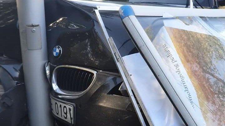 Серьезная авария на Телецентре: автомобиль врезался в рекламный щит (ФОТО)