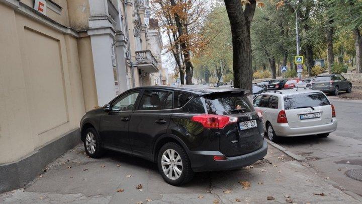 Столичный водитель припарковался поперек тротуара в центре Кишинева