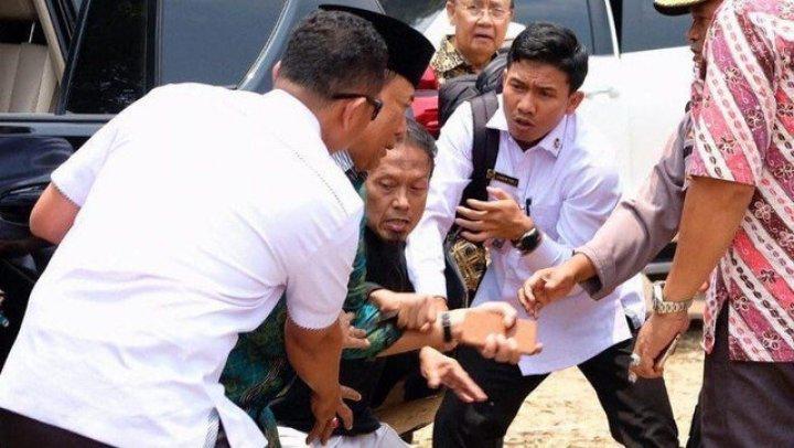 В Индонезии неизвестный с ножом напал на министра безопасности