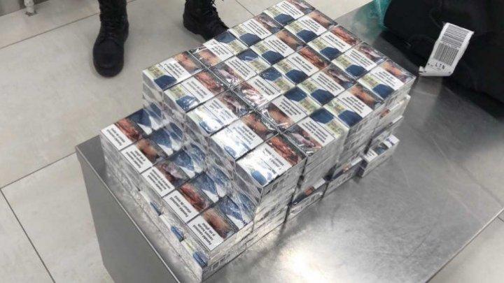 220 пачек сигарет и поддельный вид на жительство обнаружили таможенники в аэропорту