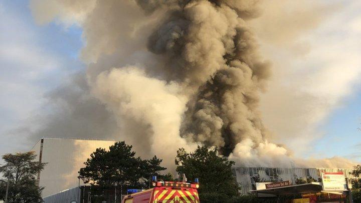 В Лионе вспыхнул крупный пожар на предприятии