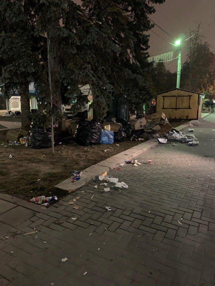 После празднования Дня города на центральной площади Кишинева остались горы мусора (ФОТО)
