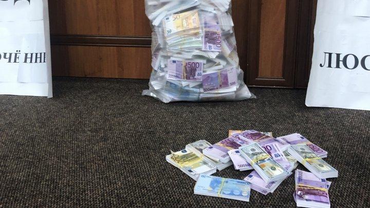 Активист Павел Григорчук явился к судьям с мешком фальшивых денег (ФОТО)