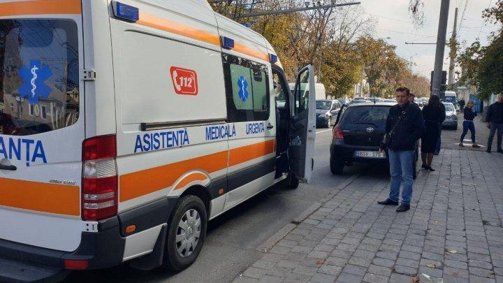 В центре Кишинева водитель легковушки сбил женщину на тротуаре (ФОТО)