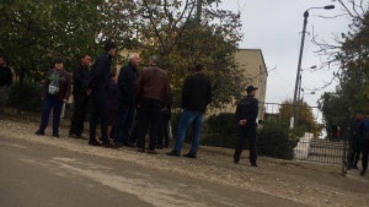 Скандал на избирательном участке в селе Купкуй: избирателям не разрешают голосовать (ВИДЕО)