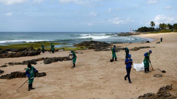 В Бразилии военные помогают расчищать пляжи от нефти
