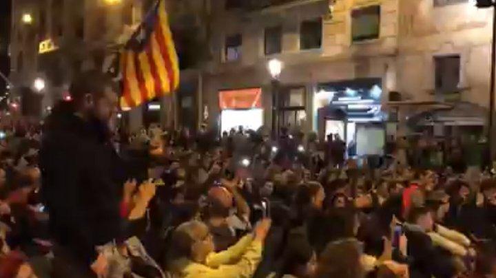 В центре Барселоны проходит сидячая акция протеста (ВИДЕО)