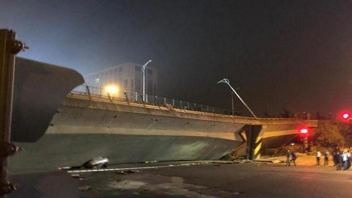 Грузовик обрушил мост на легковушки в Китае