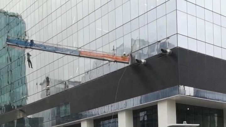 Сильный ветер едва не погубил рабочих на высотном здании в Канаде (ВИДЕО)