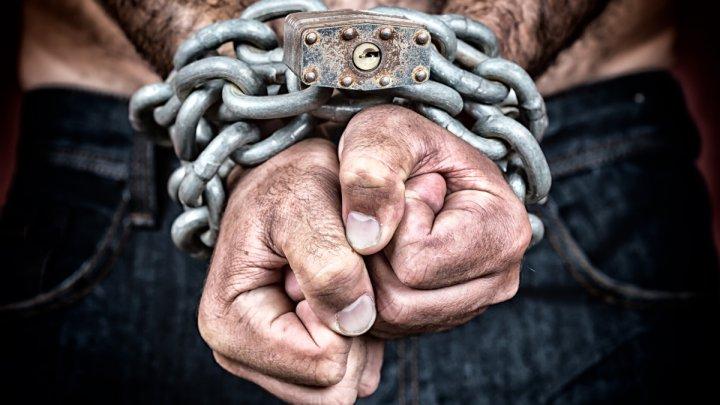 На крючке у бухгалтера: молдаванка, работавшая на российскую компанию, держала в рабстве 10 человек