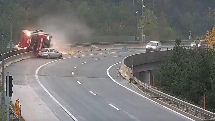 Смертельная авария в Словении: фура слетела с моста (ВИДЕО)