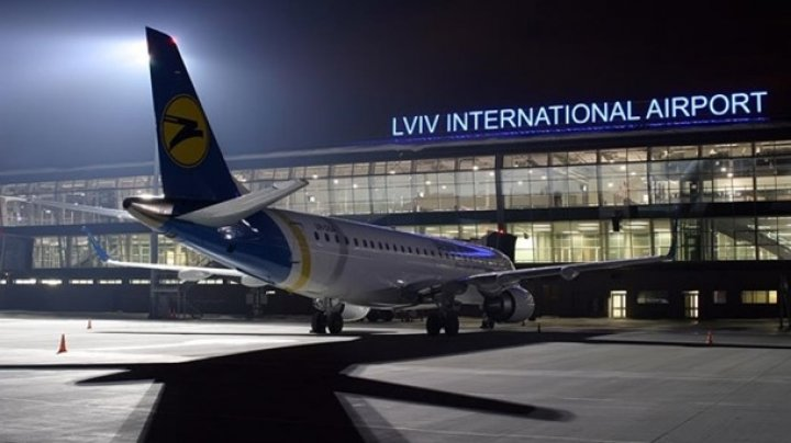 ЧП в аэропорту Львова: самолёт с пассажирами съехал с полосы из-за ледяного дождя