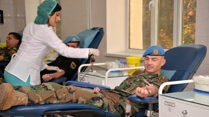 Военнослужащие Национальной армии сдали кровь для пострадавшей в ДТП в Чадыр-Лунге