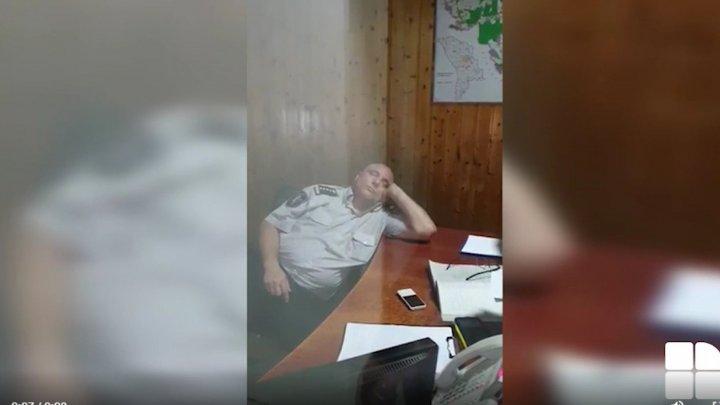 А служба идёт: в Оргеевском инспекторате полиции засняли спящего офицера (ВИДЕО)