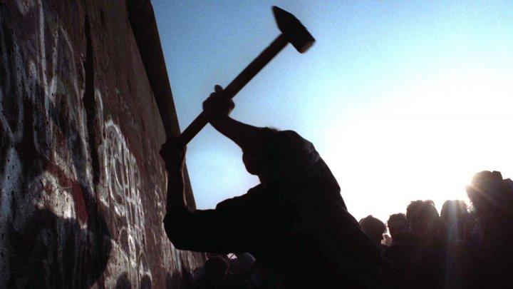 Строительство Берлинской стены представлено приложением