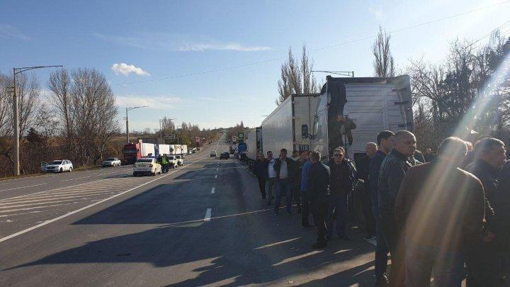 """Очереди за """"дозволами"""": грузоперевозчики спешат получить разрешения на экспорт в Россию"""