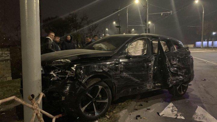 Ночное ДТП в столице: на круговой развязке столкнулись два автомобиля и троллейбус (ВИДЕО)
