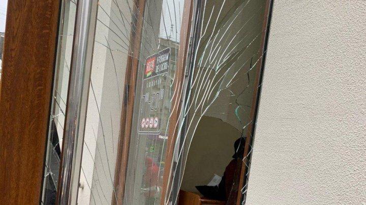 Вандал повредил дверь Прокуратуры по борьбе с организованной преступностью (ФОТО, ВИДЕО)