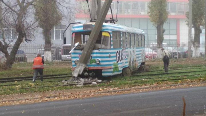 Трамвай с пассажирами сошёл с рельсов и врезался в столб в Одессе