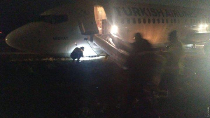 ЧП в одесском аэропорту: самолет Турецких авиалиний сел на брюхо из-за трудностей при посадке (ВИДЕО)