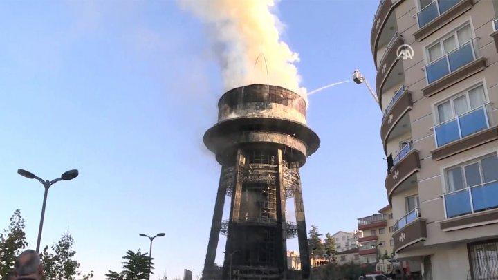 Столб густого чёрного дыма: в Турции загорелся планетарий (ВИДЕО)