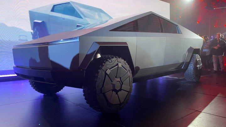 Машина из будущего: Tesla представила электрический пикап с бронекузовом (ФОТО)