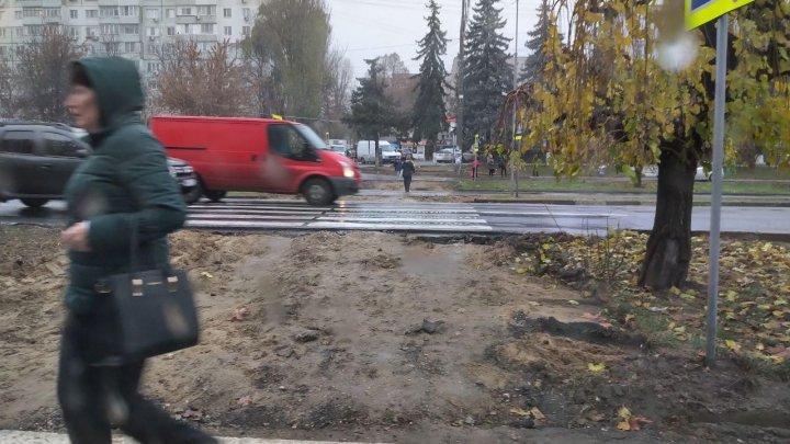 Неудобства для пешеходов: на Ботанике жителям приходится переходить улицу по грязи (ФОТО)