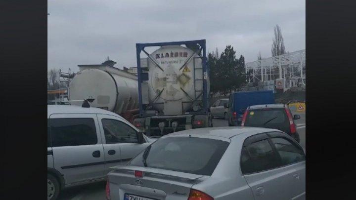 ДТП в столице: на круговом перекрёстке столкнулись две автоцистерны (ВИДЕО)