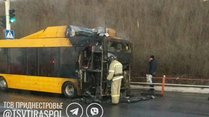В селе Парканы загорелся автобус с рабочими бендерского предприятия (ВИДЕО)