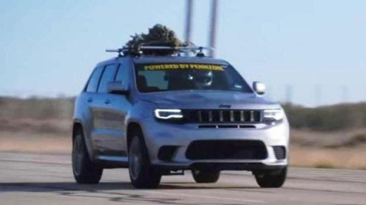 Jeep Grand Cherokee с ёлкой на крыше установил рекорд скорости (ВИДЕО)