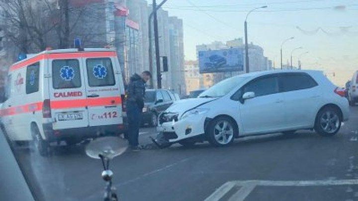 В столице столкнулись легковушка и машина скорой помощи (ВИДЕО)