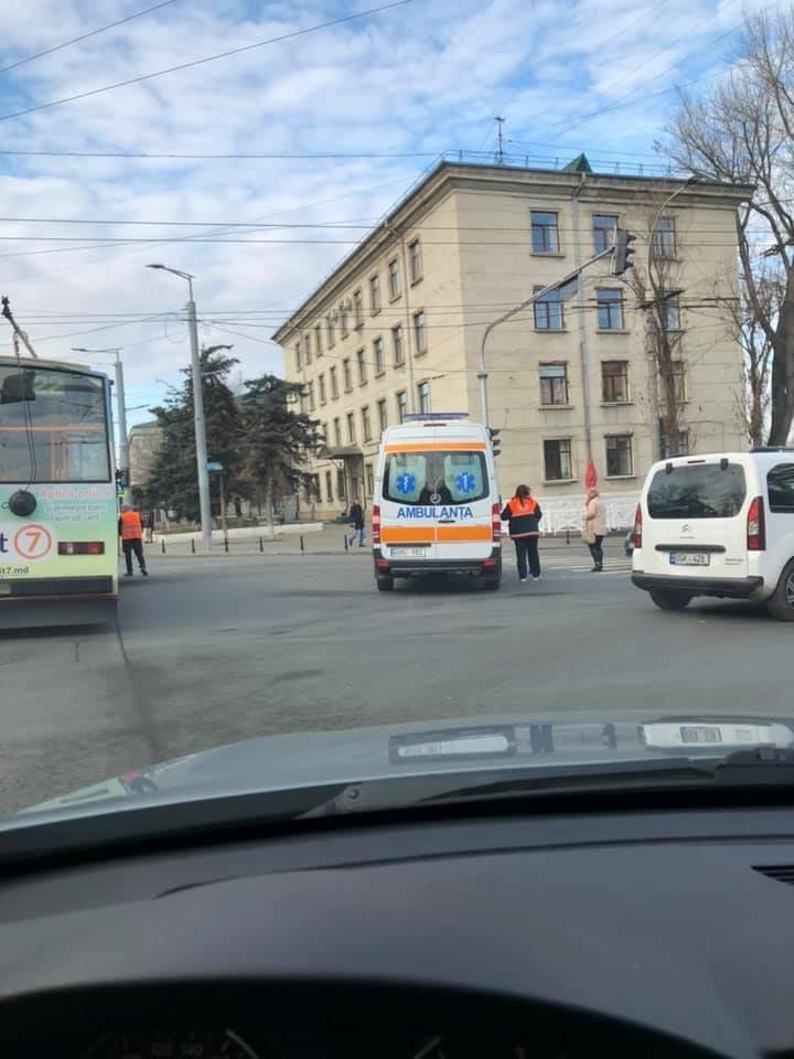 Очередная авария в столице: на месте ДТП находится бригада врачей скорой помощи (ФОТО)