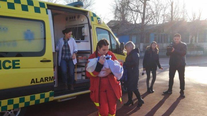 Новорожденного, которому нужна срочная операция, отправили в Бухарест на вертолете SMURD